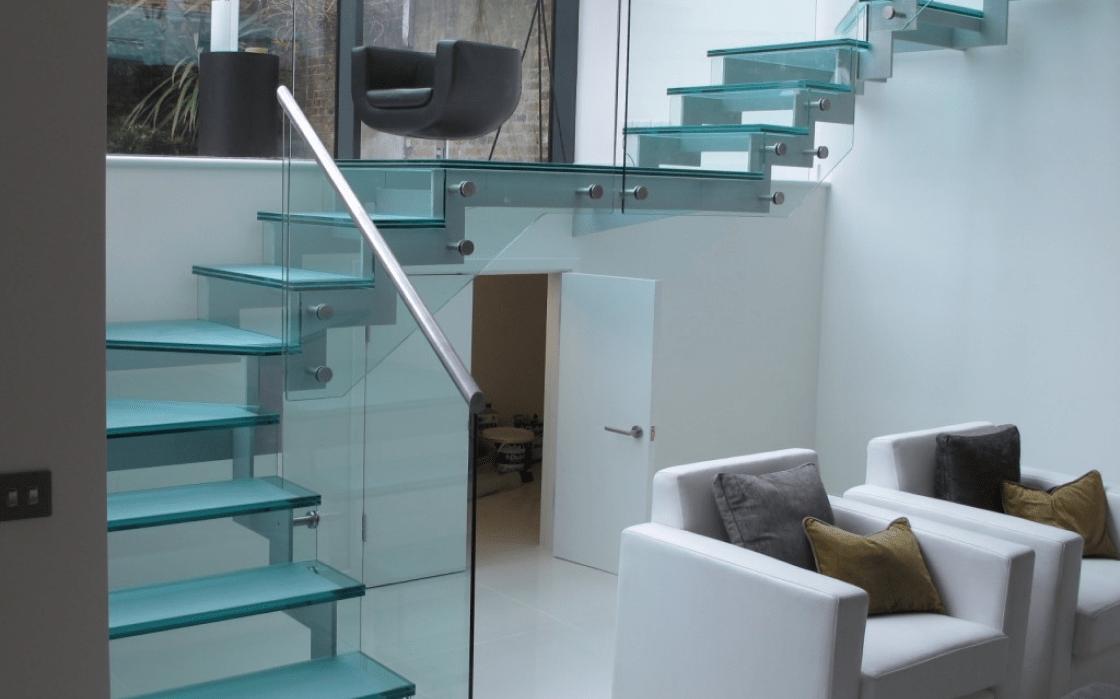 Металлическая-лестница-и-стеклнные-ступени-1024x936 1